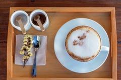 Комплект кофе, капучино в белой кофейной чашке на деревянной таблице, cof Стоковые Изображения