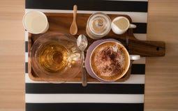 Комплект кофе на таблице Стоковые Изображения