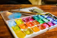 Комплект красок и paintbrushes акварели для крася крупного плана Селективный фокус Стоковое Изображение