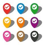 Комплект 9 красочных указателей карты с проверкой подписывает внутри белый круг и с тенью иллюстрация штока