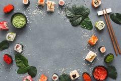 Комплект крена суш и gunkan на серой таблице Стоковое Изображение