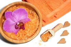Комплект курорта оранжевых солей для принятия ванны, полотенец и сердец Стоковые Изображения