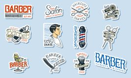 Комплект логотипа парикмахерскаи Инструменты для значка человека Стрижка бороды и усика Щетка и бритва для брить выгравированная  бесплатная иллюстрация