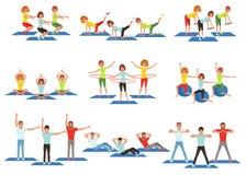 Комплект людей спорт в спортзале Тренировка фитнеса группы Активный и здоровый образ жизни Люди и женщины делая тренировки Молоды Стоковые Фото