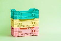 Комплект малых пластичных коробок на зеленом цвете Стоковое Изображение