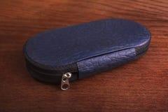 Комплект маникюра с нержавеющей сталью в кожаном случае стоковое изображение rf