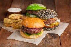 Комплект 3 мини домодельных картошек бургера, Айдахо с соусом и овощей на старой деревянной предпосылке концепция высококалорийно Стоковые Фотографии RF