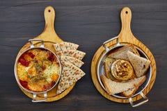 Комплект много закусок для вина или пива: яичницы с томатами и приправами и домодельное тонкое lavash, испеченный козий сыр с cr стоковое фото rf