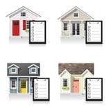 Комплект небольших домов и досок сзажимом для бумаги изолированных на белой предпосылке иллюстрация штока
