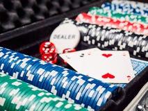 Комплект обломока покера или счетчик с карточкой и кость в случае металла Стоковые Изображения RF