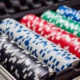 Комплект обломока покера или счетчик с карточкой и кость в случае металла Стоковые Фотографии RF