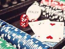 Комплект обломока покера или счетчик с карточкой и кость в случае металла Стоковое фото RF