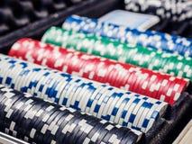 Комплект обломока покера или счетчик с карточкой и кость в случае металла Стоковые Фото