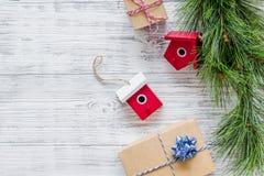 Комплект оборачивать подарков для приветствия 2018 Нового Года и рождества на деревянной насмешке veiw верхней части предпосылки  Стоковые Изображения