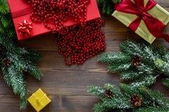 Комплект оборачивать подарков для приветствия 2018 Нового Года и рождества на деревянном veiw верхней части предпосылки Стоковые Изображения