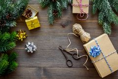 Комплект оборачивать подарков для приветствия 2018 Нового Года и рождества на деревянной насмешке veiw верхней части предпосылки  Стоковое Фото
