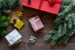 Комплект оборачивать подарков для приветствия 2018 Нового Года и рождества на деревянном veiw верхней части предпосылки Стоковое Фото