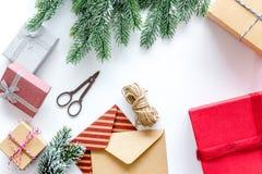 Комплект оборачивать подарков с конвертами для приветствия 2018 Нового Года и рождества на белом veiw верхней части предпосылки Стоковая Фотография