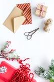 Комплект оборачивать подарков с конвертами для приветствия 2018 Нового Года и рождества на белом veiw верхней части предпосылки Стоковые Изображения