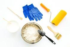 Комплект оборудования ремонта дома строя и крася на белой предпосылке Плоское положение стоковые изображения