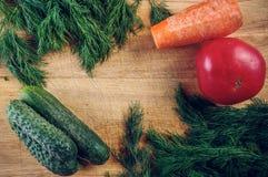 Комплект овощей на деревянной разделочной доске конец вверх стоковое фото