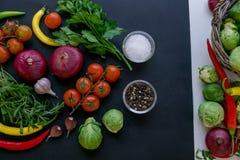 Комплект перцев горячего chili, капусты и томатов вишни Перцы красного и зеленого цвета ягодами томата пряно стоковые фотографии rf