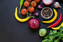 Комплект перцев горячего chili, капусты и томатов вишни Перцы красного и зеленого цвета ягодами томата пряно стоковое фото