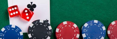 комплект пестротканых играя обломоков, на зеленых ткани и карточках Стоковые Изображения RF
