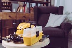 Комплект пластичных инструментов игрушки и желтого toolbox на таблице Стоковое Изображение