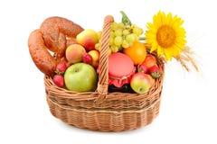 Комплект плодоовощей и печениь в сплетенной корзине изолированной на белизне Стоковое фото RF