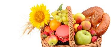 Комплект плодоовощей и печениь в сплетенной корзине изолированной на белизне Стоковое Изображение RF