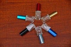 Комплект покрашенных бутылок с дух на красной таблице Стоковые Фото