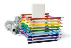 Комплект покрашенных карандашей, гигантского ластика и лукавой мыши игрушки белизна изолированная предпосылкой Стоковое Фото