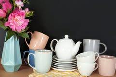 Комплект посуды и вазы с цветками Стоковые Изображения