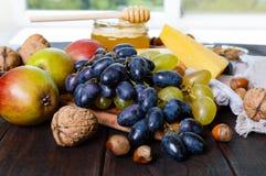 Комплект продуктов: виноградины, гайки, мед, груши, сыр Стоковое Изображение RF