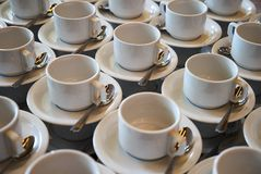 Комплект пустых белых керамических чая или кофейной чашки и поддонников Стоковые Фото