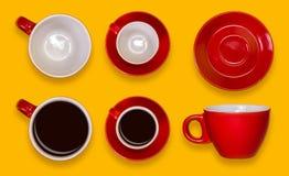 Комплект пустых и польностью красных чашек и поддонники Комплект кофе на желтой предпосылке Стоковые Фотографии RF