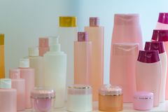 Комплект пустых косметических трубок на белой предпосылке Трубки для косметических продуктов Контейнеры для сливк и шампуня или г Стоковое Изображение RF