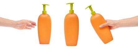 комплект различной пластичной бутылки для шампуня или жидкостного мыла с рукой, изолированной на белой предпосылке Hydiene и идея Стоковые Фото