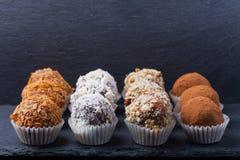 Комплект различных видов домодельных трюфелей шоколада селективно Стоковое фото RF