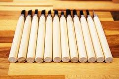 Комплект различных инструментов для резать древесину, на деревянной предпосылке Стоковые Изображения RF
