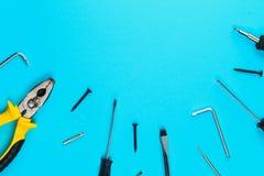 Комплект различных инструментов на голубой деревянной предпосылке Концепция конструкции и реновации с космосом экземпляра Стоковая Фотография
