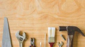 Комплект различных инструментов работы на предпосылке деревянного стола Стоковые Фотографии RF