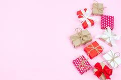 Комплект различных подарочных коробок на розовой предпосылке в положении и верхней части квартиры Стоковое Фото