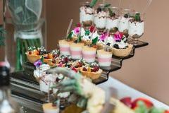 Комплект различных помадок и десертов тортов аранжировал на одной плите Шоколадный батончик партии Стоковое Изображение