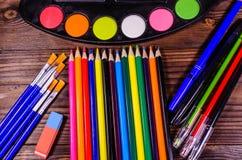 Комплект различных чертегных инструментов Краски акварели, paintbrushes, Стоковое Изображение RF
