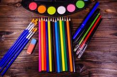 Комплект различных чертегных инструментов Краски акварели, paintbrushes, Стоковые Изображения