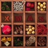 Комплект различных ярких украшений рождества в коробке с клетками Стоковые Изображения