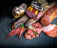 Комплект разных видов сырцового копченого мяса стоковое фото