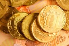 Комплект русского рубля чеканит класть на русские банкноты Русский конец валюты вверх Стоковое фото RF
